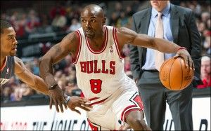 Mike James durante un partido de los Chicago Bulls